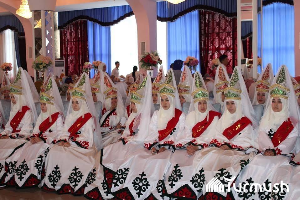 Photo of Оштогу медресени аяктаган кыздар диплом алууга улуттук кийимчен келишти